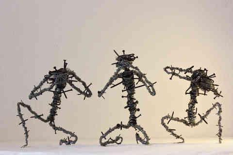 Les 3 écorchés de la Sagesse: sculpture de récup en fils de fer et clous
