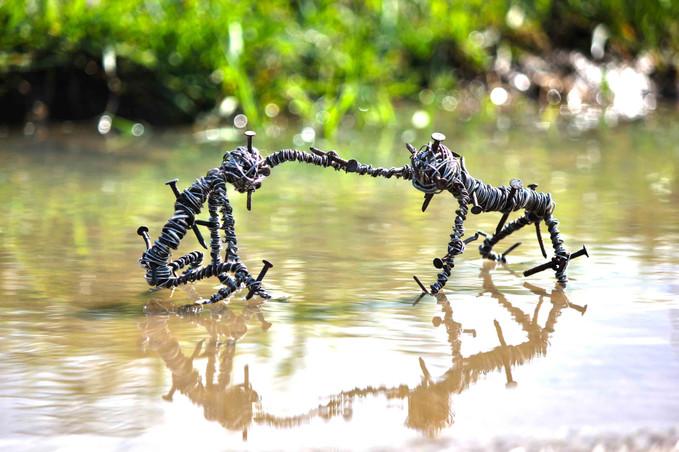 sculptures en fils de fer dans l'eau
