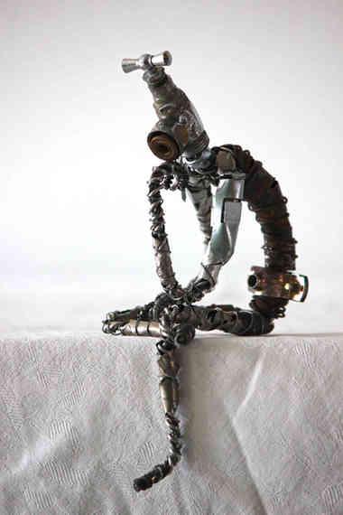 Le Penseur: robot en métal de récupération