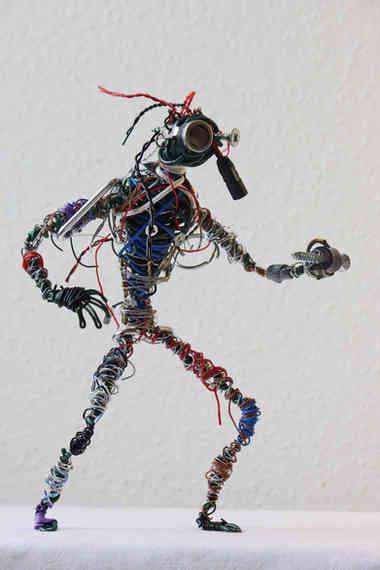 Herr Doktor: personnage en métal et câbles de récup