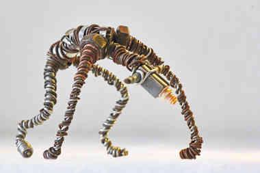 Tete en friche: animal en fils de fer recyclés