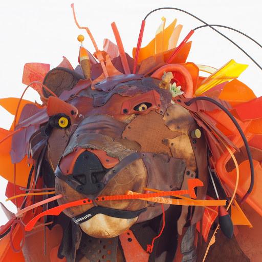 Sculpture d'un lion réalisé à partir de plastiques récupérés sur les plages
