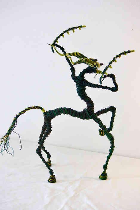 Centaurus mantis: créature mi mante mi cheval en fil de fer recyclé