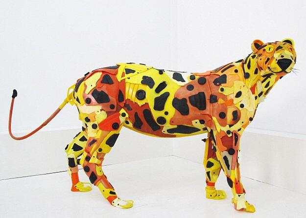 Sculpture d'une panthère en plastique de récupération en taille réelle