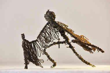 Vespertillion: personnage chauve-souris en fil de fer recyclé