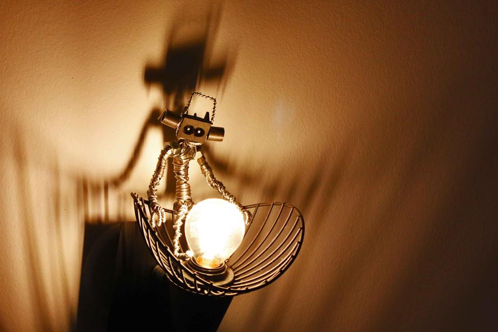 Petit robot sur une lampe