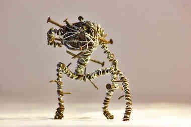 Céphalée: créature torturée en fil de métal de récup