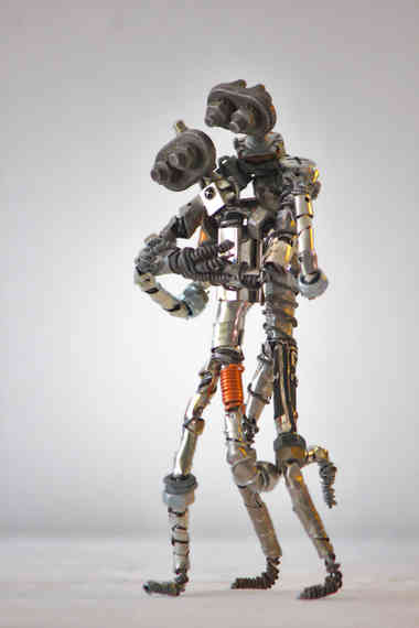 All you need is love: couple de robots enlacés en métal recyclé