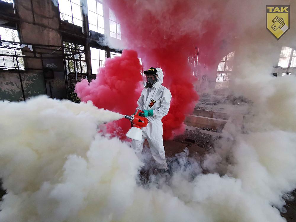 A képen a Takarító Kommandó munkatársa hidegködös fertőtlenítést végez