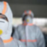 Védőruhában és maszkban fertőtlenítő takarítást végeznek