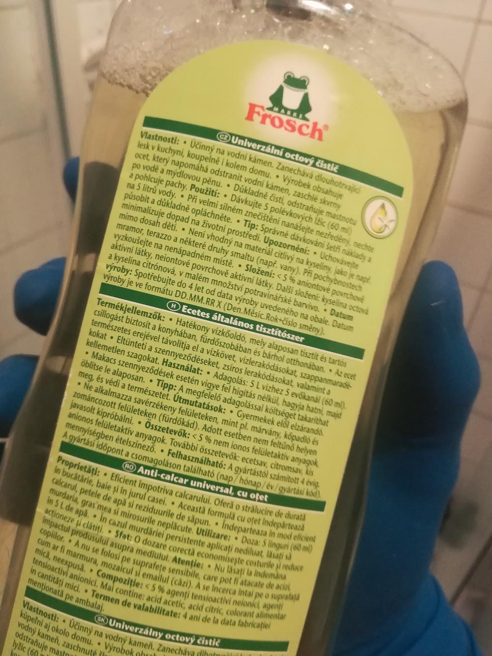 """A flakon hátulján találjuk a termék (Ecetes általános tisztítószer) jellemzőit, használati útmutatóját, összetevőinek listáját. A leírásban az áll, hogy: """"Hatékony vízkőoldó, mely alaposan tisztít és tartós csillogást biztosít a konyhában, fürdőszobában és bárhol otthonában. Az ecet természetes erejével távolítja el a vízkövet, vízlerakódásokat, szappanmaradékokat. Eltünteti a szennyeződéseket, zsíros lerakódásokat, valamint a kellemetlen szagokat. Használat: Adagolás: 5 liter vízhez 5 evőkanál (60 ml). makacs szennyeződések esetén vigye fel hígítás nélkül, hagyja hatni, majd öblítse le alaposan. Tipp: A megfelelő adagolással költséget takaríthat meg, és védi a környezetet. Útmutatások: Gyermekek elől elzárandó! Ne alkalmazza savérzékeny felületen, mint pl. márvány, kőpadló és zománcozott felületeken (fürdőkád). Adott esetben nem feltűnő helyen javasolt kipróbálni! Összetevők: < 5% nem ionos felületaktív anyagok, anionos felületaktív anyagok anyagok. További összetevők: ecetsav, citromsav, kis mennyiségben ételszínező. Felhasználható: A gyártástól számított 4 évig. A gyártási időpont a csomagoláson található (nap / hónap / év / gyártási kód)."""""""