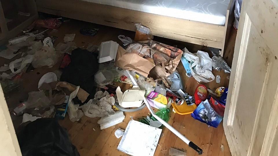 Extrém szennyezettségű lakás takarítása - Nappali