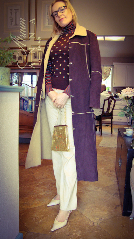 On this last combination, Gabriel wears a retro Replay coat, a true vintage mock neck sweater from Chloé (available in the store), Roccobarocco coated pants from the 90s (available in the store), Prada ivory leather sling backs, a vintage floral PVC purse with chain handle and her own jewelry and glasses.