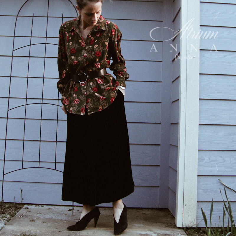 OK, 80s! Here wer are! A Lemon Grass velvet floral printed button down shirt combined with an oversized leather belt from Banana Republic. Matched here with a Richard Warren black skirt and Via Spiga made in Italy black suede heels.