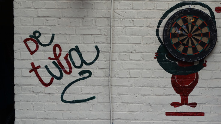 DE TUBA : muurtekening met darts