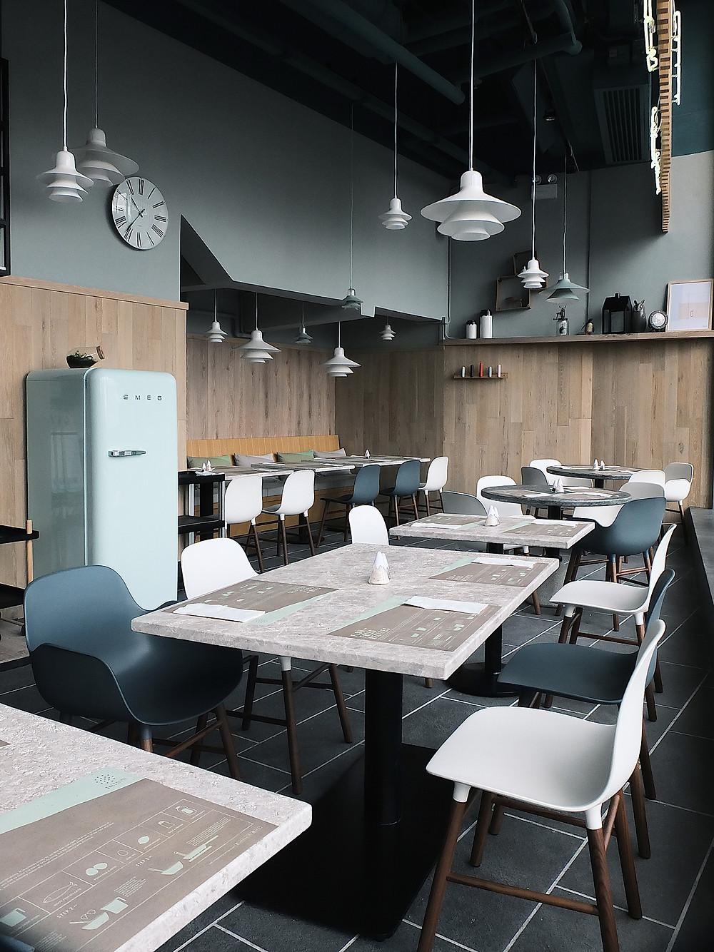 Skandinaaviast innustust leidnud restoran Salt Recipes Hong Kong´is sisustati Normann Copenhagen´i toodetega, et pakkuda toiduelamustele lisaks põhjamaiselt minimalistlikku interjööri. Peaaegu kõik selles restoranis viitab Skandinaaviale - ka mööbli ja interjööri puhul: Normann CPH Form toolid ja Ikono lambid.