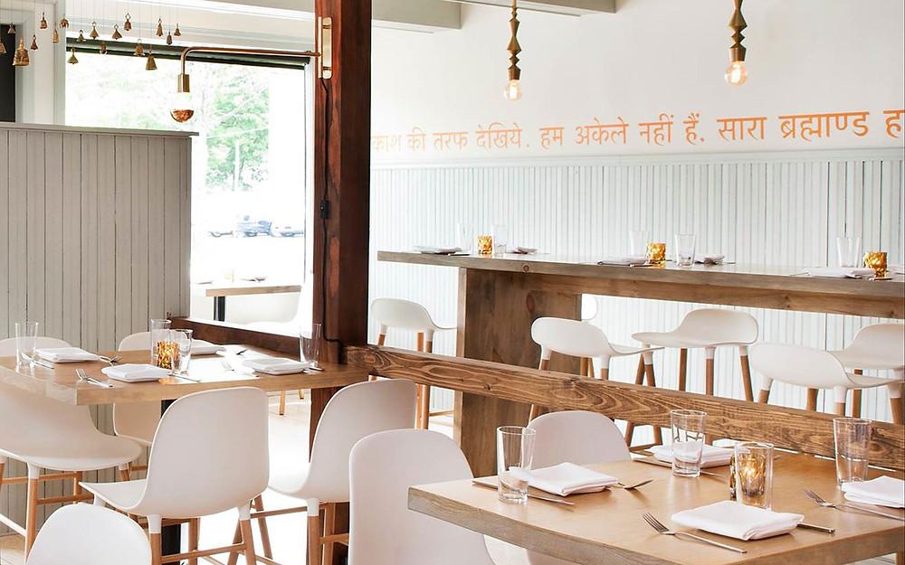Heledates toonides elegantne idamaine koos põhjamaise disainiga. Rhinebeck, New York´is Indiast inspireeritud restoran Cinnamon on sisustatud Form toolide ja baaripukkidega.