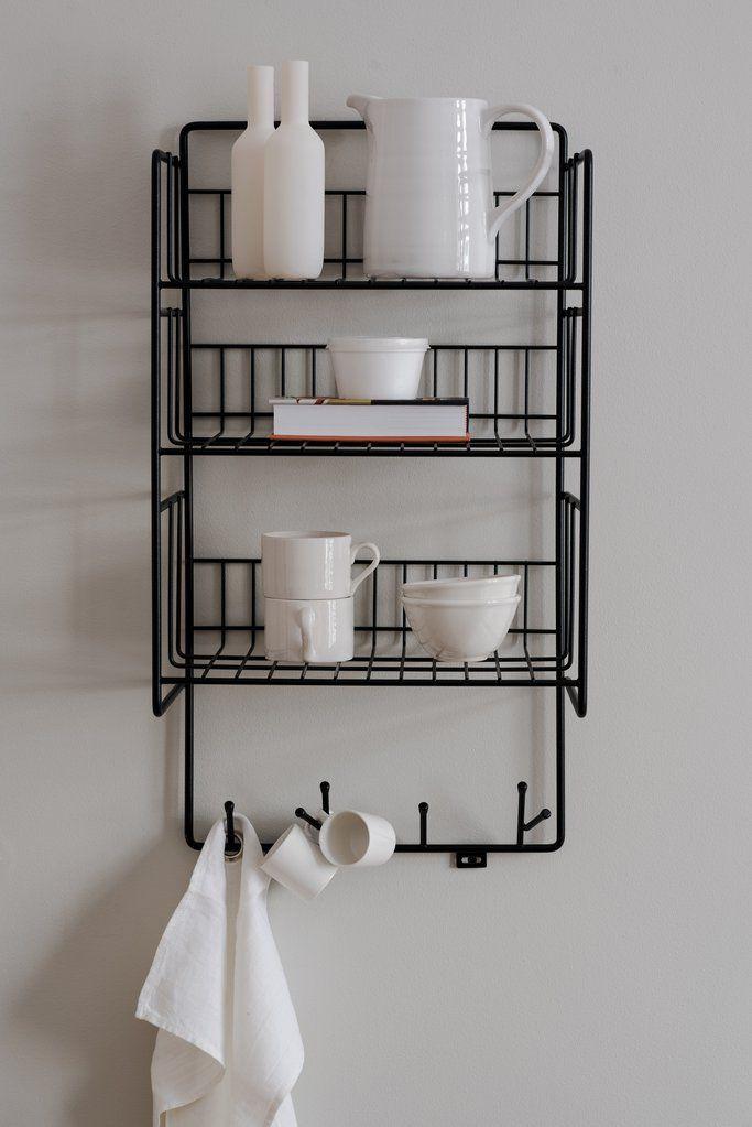 Classic Triple riiul sobib hästi nii kööki, esikusse kui vannituppa. Saadaval must ja valge variant.
