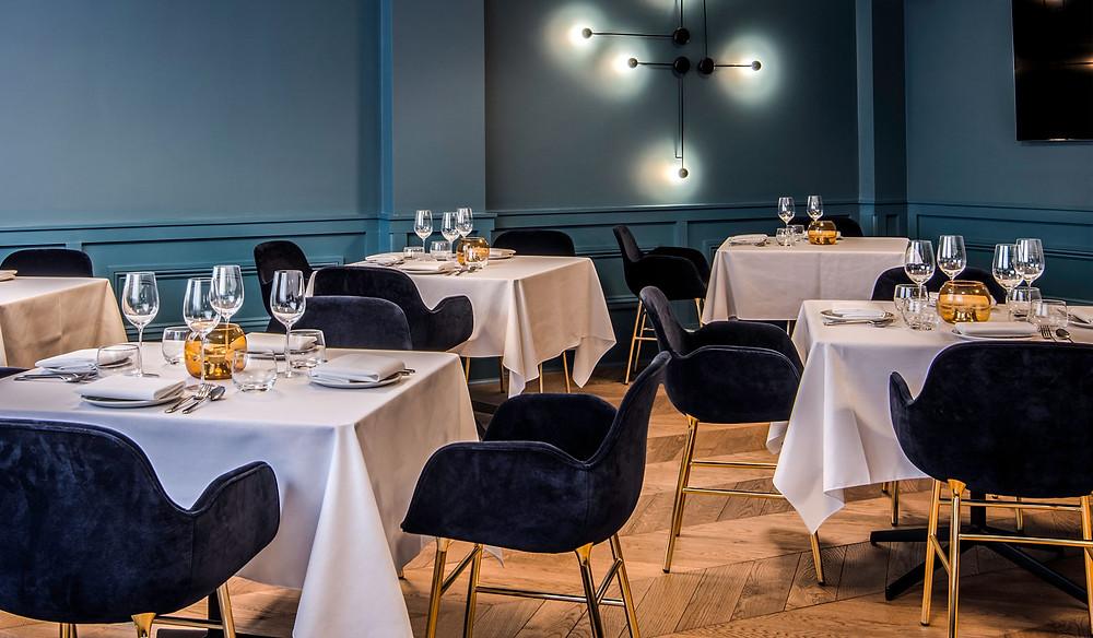Restoran Tast Manchesteris pakub istet luksuslikel Form veluurkattega ja messingjalgadega toolidel.