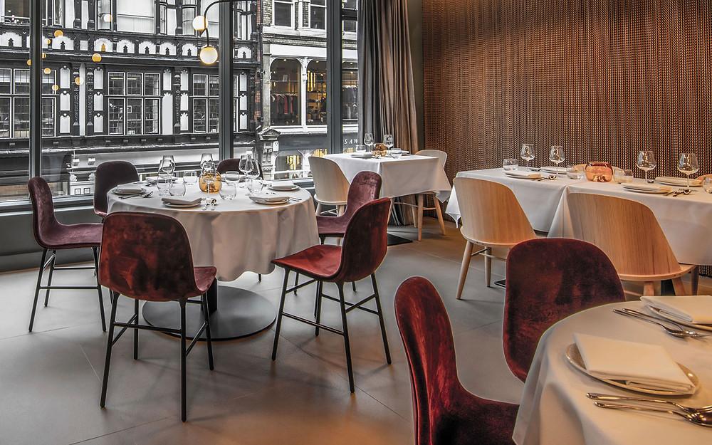 Manchesteri lähistel vastavatud katalaani köögikultuuri tutvustav restoran Tast pakub lisaks maitseelamustele ka silmailu. Interjöör justkui lihtne, samas pillav. Form söögitoolid velvetkangast.