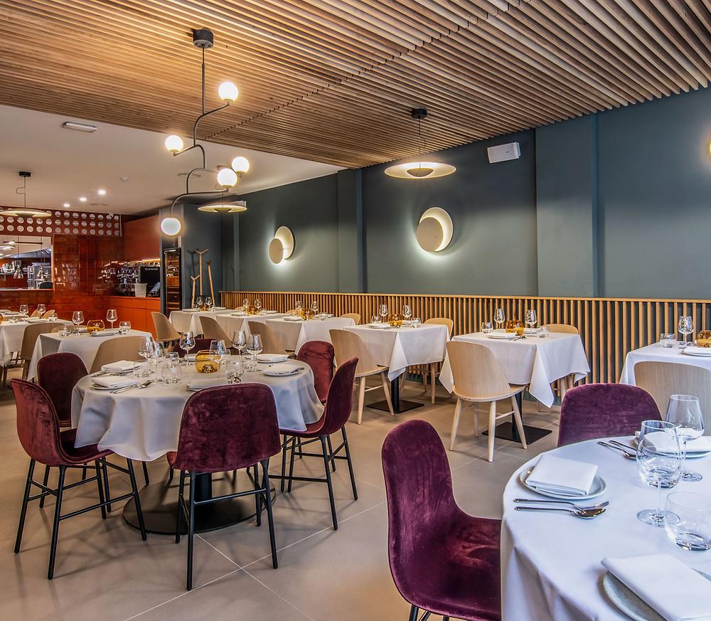Form ja Era seeria toolid toetavad Tšehhis, Brnos asuva hotel Marriot´i restorani stiilset ja peetud miljööd.