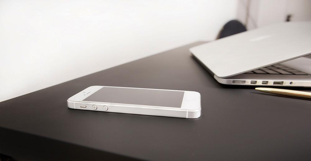 Innovatiivne sisseehitatud mobiililaadija tagab puhta ja juhtmevaba lauapealse.