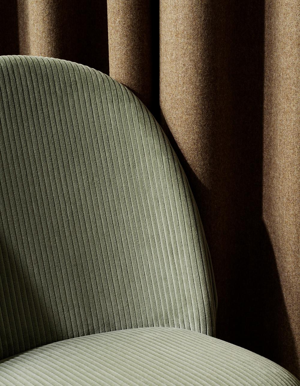 Luksuslikud tekstiilid ja messingist või kroomist jalad lisavad lihtsale disainile küllusliku noodi.