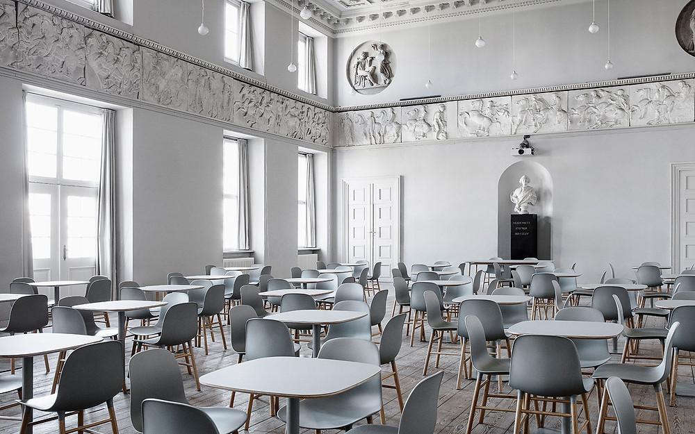 88 Form tooli ja Form lauad moodustavad stiilse väljapaneku Charlottenborg´I Kunstimuuseumi ballisaalis dokumentaalfilmide festivalil CPH:DOX märtsis, 2017