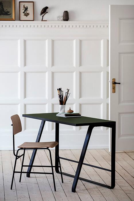 Mustast metallist raamile toetub vastavalt kas mustaks värvitud pöögist või lakitud tammepuust jalg ja lauaplaat. Plaat on kaetud naturaalse tammespooniga või erinevates värvitoonides linoleumiga.