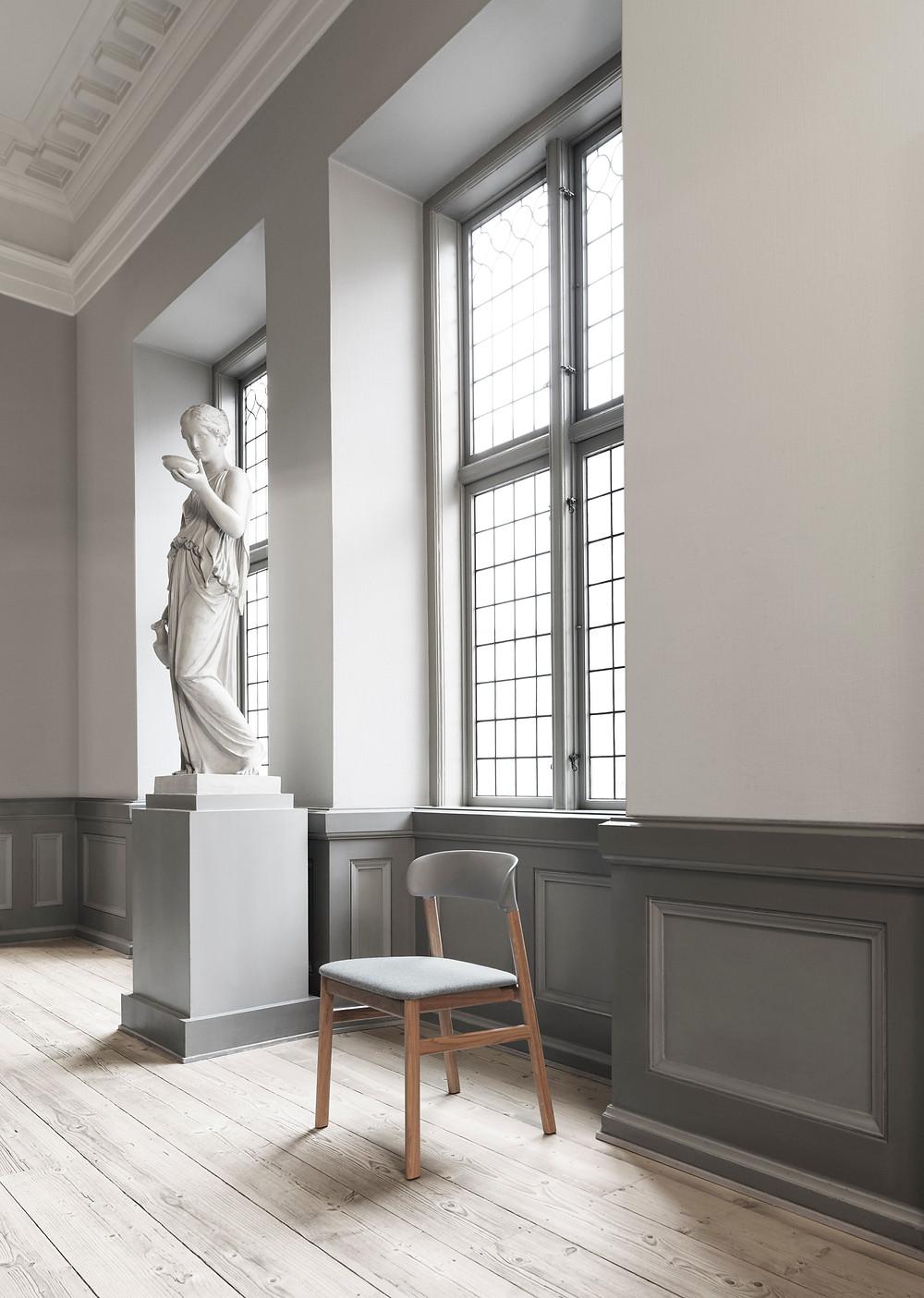 Herit tool mõjub oma hallis maheduses väärikasse interjööri.
