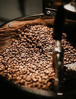 granos de cafe tostado en maquina tostadora