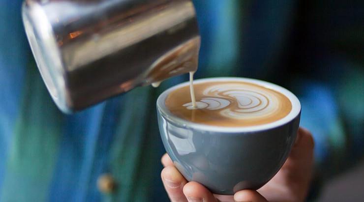 La mejor leche para acompañar un café de especialidad