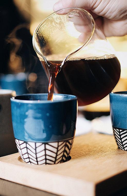 jarra de café siendo servida en una taza