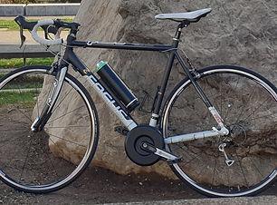 Vélo route FOCUS électrique Montage d'un Kit PENDIX avec batterie 300Wh de chez Ansmann. Vélo Route électrique 30 vitesses (3 plateaux et 10 pignons) de marque FOCUS Puissance et agilité pour ce vélo électrique Focus avec moteur pédalier rare à la vente