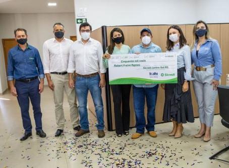 Sicredi Centro-Sul MS entrega prêmio a associado de Dourados ganhador no sorteio do Seguro de Vida