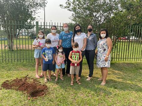 Sicredi Centro-Sul MS entrega mudas de árvores para a Biblioteca de Laguna Carapã