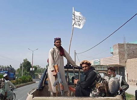 Presidente do Afeganistão deixa país e admite vitória do Talibã, que assume controle do país.