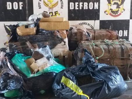 Traficantes abandonam nove motos com mais de 150 quilos de maconha em Laguna Carapã