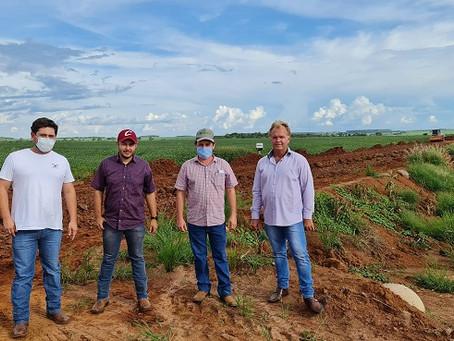 Vereadores acompanham obras de cascalhamento em Estrada do Campo Seco