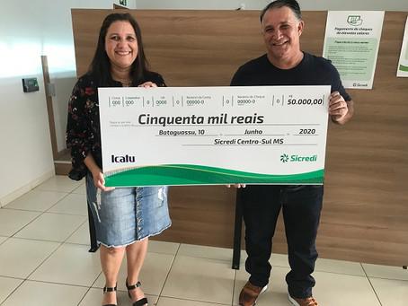 Sicredi Centro-SulMS entrega prêmio a associada de Bataguassu ganhadora no sorteio do Seguro de Vida