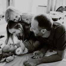 Photographe à Troyes, séance photo famille qui s'amuse en noir et blanc