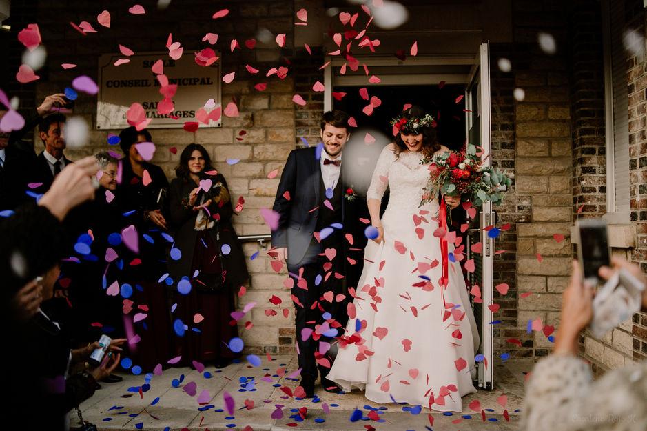 Sortie de mairie des mariés sous les confettis