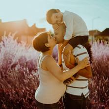 Photographe à Troyes, séance photo grossesse en famille en extérieur dans la lavande