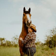 Photographe à Troyes, Séance photo humain et animaux, portrait de femme et cheval avec coquelicots