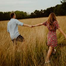 Photographe à Troyes, séance photo de couple dans le champs