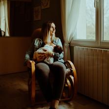 Photographe à Troyes, séance photo naissance nouveau-né avec maman et allaitement à domicile