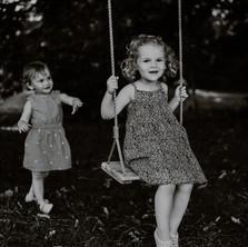 Photographe à Troyes, séance photo de soeurs qui jouent à la balançoire en noir et blanc