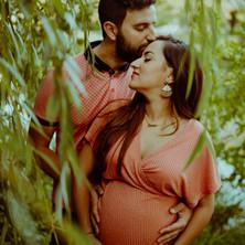 Photographe à Troyes, séance photo grossesse d'un couple qui s'embrasse en pleine nature