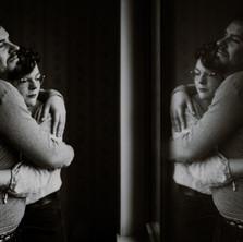 Photographe à Troyes, séance photo de couple en noir et blanc avec reflet dans la vitre