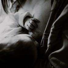 Photographe à Troyes, séance photo naissance nouveau-né et allaitement à domicile en noir et blanc